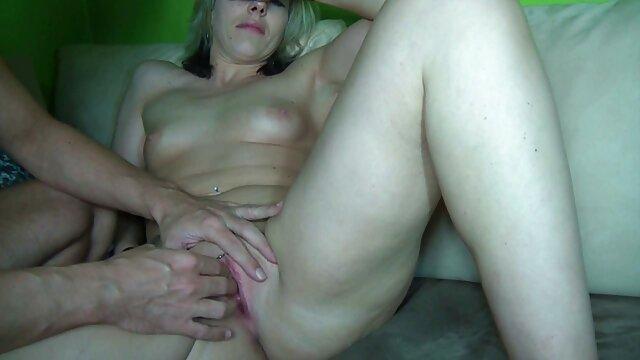 Madre abre las piernas para su hijastra lesbianas xxx español