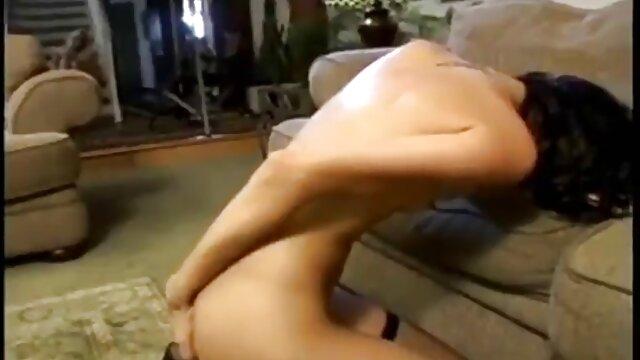 Chico joven seduce a la abuela de 73 años para follar lesbianas españolas haciendo el amor anal al aire libre