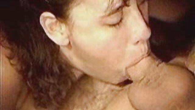 Pequeña lesbians españolas tatuada con gafas se ensucia